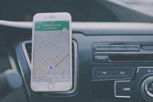 Handy mit Navigation im Auto