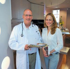 Ein Arzt und eine Frau in normaler Kleidung