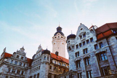 Das Leipziger Rathaus vor blauem Himmel
